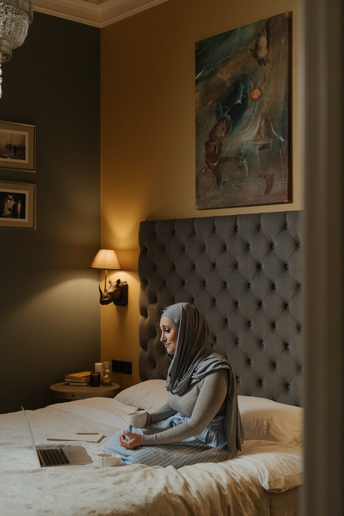 Mujer en cama usando el ordenador