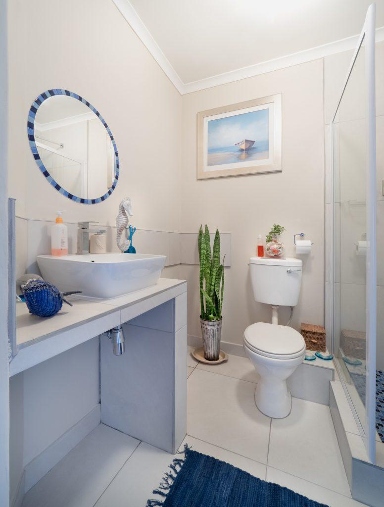 Baño o Aseo de hogar blanco diseño
